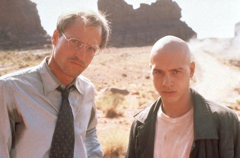 Dr. Michael Reynolds (Woody Harrelson, l.) ist ein karrierefixierter Arzt. Doch als ihn das Navajo-Halbblut Brandon (Jon Seda, r.) entführt, ändert sich sein Leben radikal ... – Bild: Puls 8