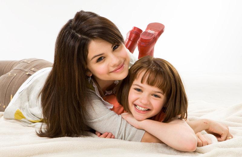 Beezus (Selena Gomez, l.) wird bald klar: Ohne ihr kleine, chaotische Schwester Ramona (Joey King, r.) wäre das Leben ganz schön langweilig ... – Bild: Puls 8