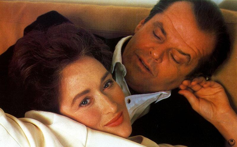Rachel (Meryl Streep, l.) und Mark (Jack Nicholson, r.) lernen sich auf einer Hochzeit kennen und lieben. Obwohl beide nicht an die Ehe glauben, beschließen sie sofort zu heiraten und ihr Glück scheint perfekt ... – Bild: Puls 8