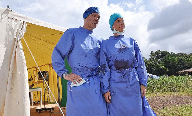 Wenn das Paradies zum Alptraum wird, sind sie die Ersten vor Ort: Sophie Heimbach (Alexandra Neldel, r.) und Kreusler (Hannes Jaenicke, l.) als Ärzte einer Hilfsorganisation im Katastropheneinsatz ... – Bild: Puls 8