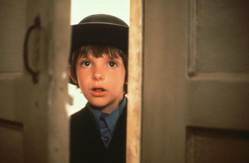 Auf dem Bahnhof in Philadelphia wird der 8-jährige Sam (Lukas Haas) einziger Zeuge eines Mordes ... – Bild: Puls 8