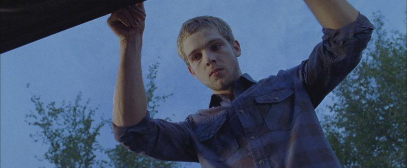 Während Tyler Elissa immer mehr Angst einjagt, scheint Ryan (Max Thieriot) genau der richtige Typ für sie zu sein ... – Bild: Puls 8
