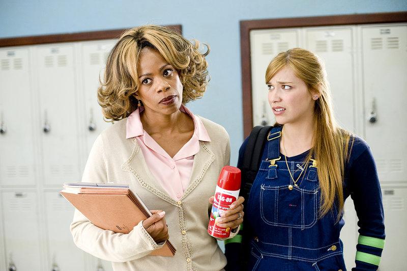 Megan (Shoshanna Bush, l.) kann sich über die durchgeknallte Lehrerin (Kim Wayans, r.) nur wundern ... – Bild: Puls 8