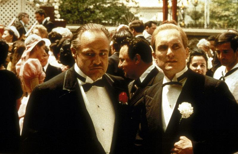 Sogar auf der Hochzeit seiner Tochter Connie darf Corleones (Marlon Brando, vorne l.) Berater Tom Hagen (Robert Duvall, vorne r.) nicht fehlen ... – Bild: Puls 8