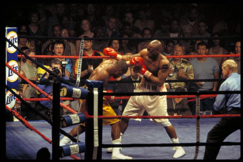 Schon bald erzielt Jackie Kallen mit Luther Shaw (Omar Epps, r.) bessere Resultate, als Boxpromoter La Rocca lieb sein kann ... – Bild: Puls 8