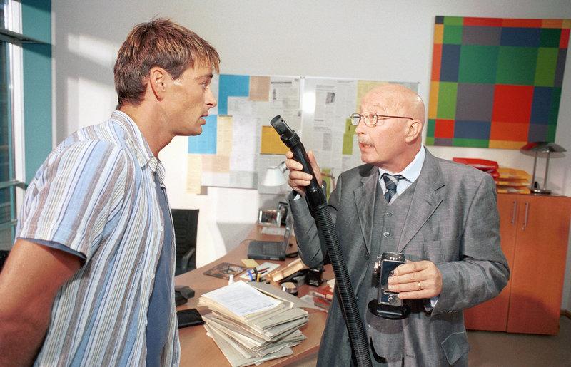 """Als Professor Schwerdfeger (Wolf-Dietrich Berg, r.) erkennt, dass Mark (Jan Sosniok, l.) wieder sein """"kleines"""" großes Problem entwickelt, schwant ihm Böses ... – Bild: Puls 8"""