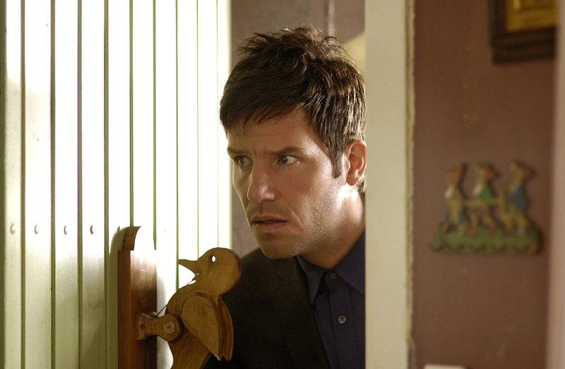 Leon (Tim Bergmann) betritt vorsichtig das Haus der Frau, die er im Auftrag seines Onkels vom Grundstück vertreiben soll ... – Bild: Puls 8