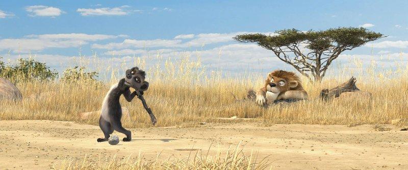 Als richtiges Team machen sich das Erdmännchen Billy (l.) und der Löwe Sokrates (r.) auf die Suche nach Wasser und entdecken Erschreckendes… – Bild: Puls 8
