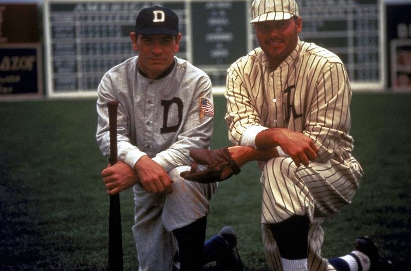 Ty Cobb (Tommy Lee Jones, l.) ist einer der größten Baseballspieler aller Zeiten - aber sein Charakter lässt sehr zu wünschen übrig ... – Bild: Puls 8