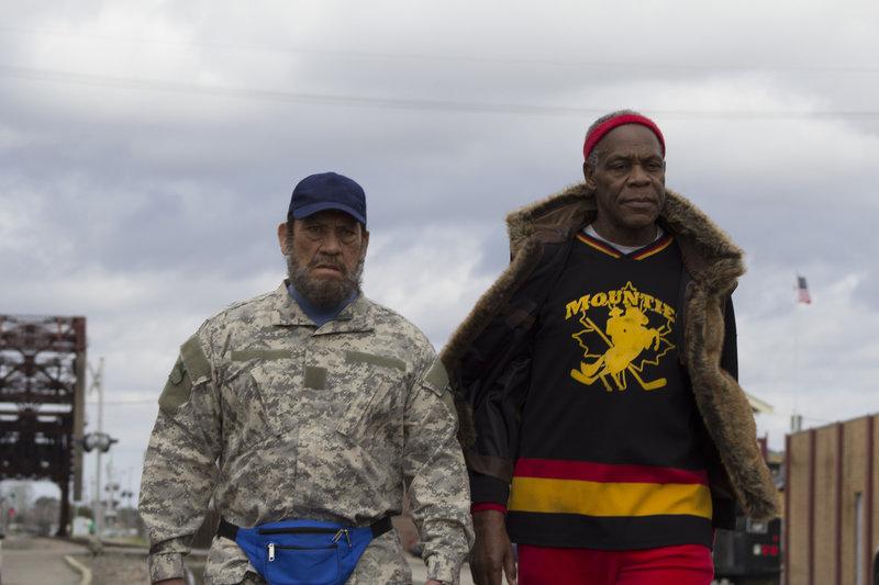 """""""Es wird nicht gerannt"""" - ist Popes (Danny Glover, r.) Bedingung dafür, erneut mit Vega (Danny Trejo, l.) in den Kampf gegen die Entführer der Tochter eines Freundes zu ziehen ... – Bild: Puls 8"""