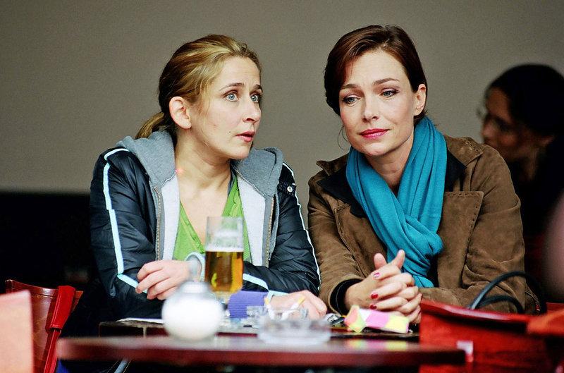 Therese (Aglaia Szyszkowitz, r.) versucht mit allen Mitteln Manu (Barbara Philipp. l.) gegen ihre Freundinnen aufzuhetzen. – Bild: Puls 8
