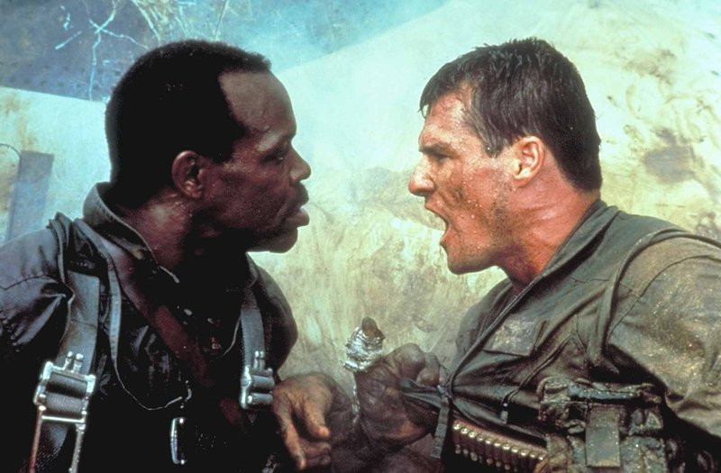 Gegen den Willen ihres Vorgesetzten begibt sich Lt. Jake Grafton (Brad Johnson, r.) mit dem Haudegen Cole (Willem Dafoe, l.) nach Hanoi - dort bombardieren die beiden einen großen Waffenpark ... – Bild: Puls 8