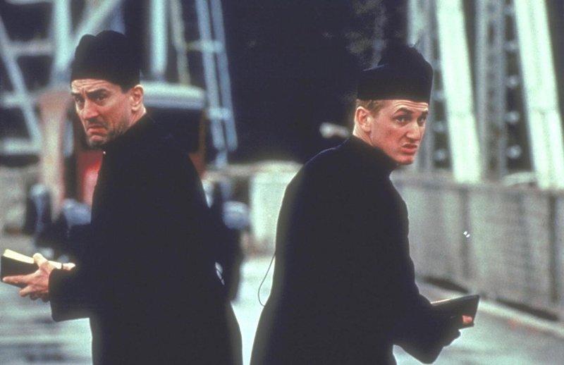 Die beiden Gangster Ned (Robert De Niro, l.) und Jim (Sean Penn, r.) hoffen, dass sie in ihrer Verkleidung die stark bewachte Brücke überqueren können ... – Bild: Puls 8