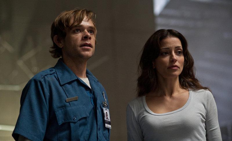 Zusammen mit Elisabeth Reigns (Emmanuelle Vaugier, r.) will Max Matheson (Nick Stahl, l.) das Schicksal von Eleanor Reigns enthüllen und macht eine schreckliche Entdeckung ... – Bild: Puls 8