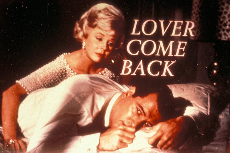 Die attraktive Carol (Doris Day, l.) tröstet Jerry Webster (Rock Hudson, r.), denn sie hat keine Ahnung, dass der eigentlich ihr Konkurrent ist ... – Bild: Puls 8