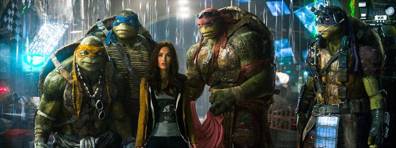"""April (Megan Fox, 3.v.l.) wird Zeugin dessen, wie eine maskierte Gestalt Soldaten des """"Foot Clans"""" besiegt und geht der Sache auf den Grund. Ihre Neugier führt sie zu Michelangelo (Noel Fisher, l.), Leonardo (Pete Ploszek, 2.v.l.), Raphael (Alan Ritchson, 2.v.r.) und Donatello (Jeremy Howard, r.) ... – Bild: Puls 8"""