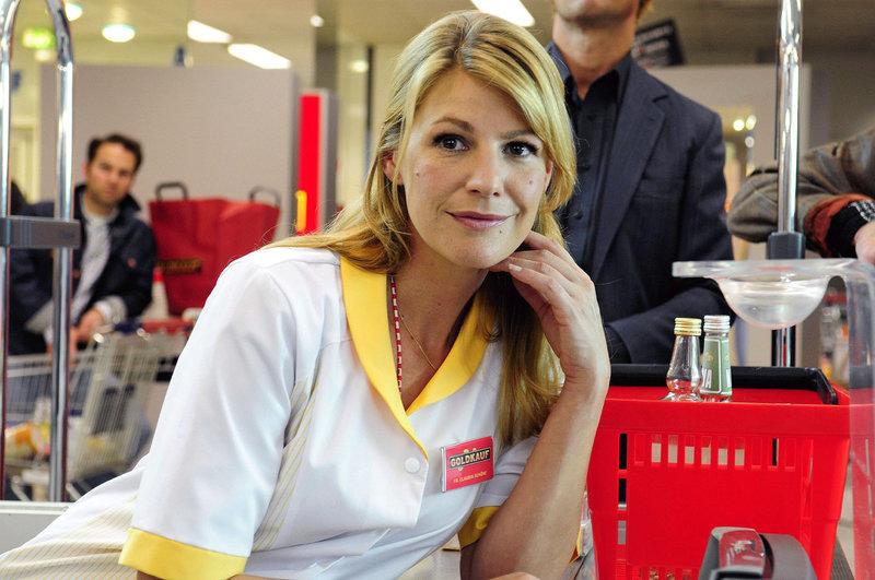 Claudia (Sophie Schütt) begegnet an der Kasse nach Jahren ihrer Schulliebe Martin wieder. – Bild: Puls 8