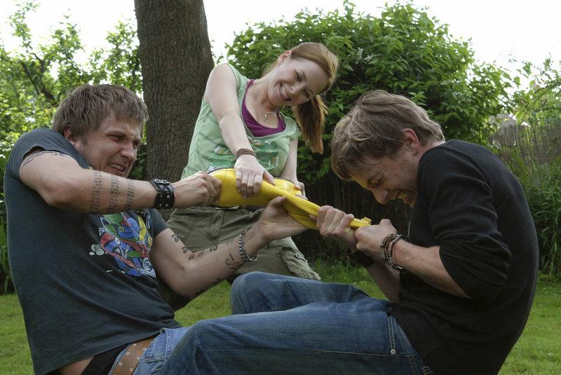 Immer wieder muss Annika (Jasmin Schwiers, M.) die beiden Streithähne Matti (Volker Bruch, r.) und Erkki (Lasse Myhr, l.) trennen .. – Bild: Puls 8