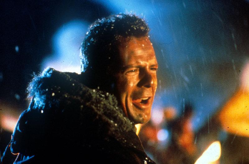 Polizist John McClane (Bruce Willis) entdeckt die Terroristen als erster. Da ihm niemand Glauben schenken will, muss er selbst aktiv werden ... – Bild: Puls 8