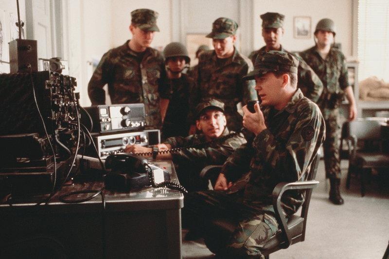 Moreland (Timothy Hutton, r.) hat sich mit seinen Kadetten in 'Bunker Hill' verschanzt, um gegen die Schließung der Militärakademie zu protestieren. Es herrscht Krieg! – Bild: Puls 8