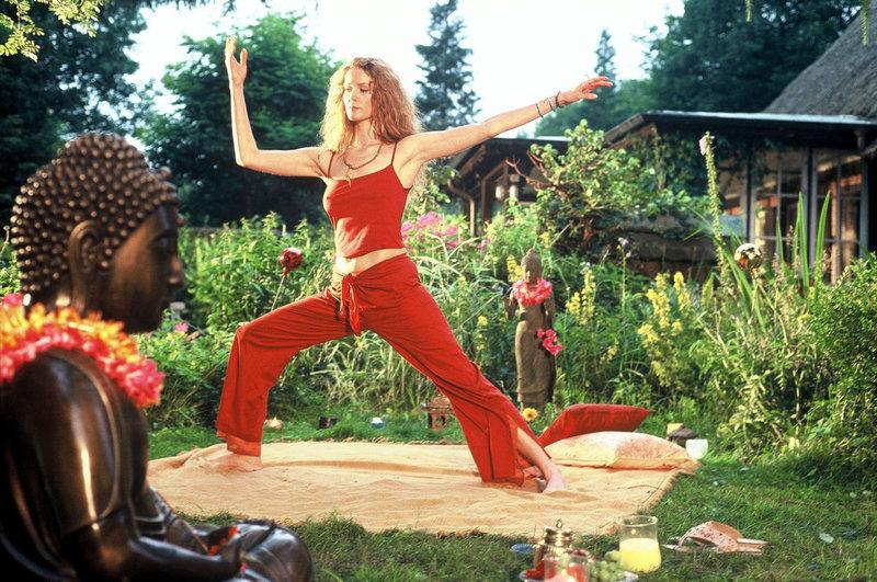 Heidi (Esther Schweins) hält sich fit durch Tai-Chi. – Bild: Puls 8