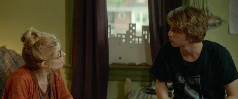 Eigentlich will es Greg (Thomas Mann, r.) so unsichtbar wie möglich durch die Highschool schaffen, doch dann drängt ihn seine Mutter (Connie Britton, l.) dazu, Zeit mit seiner Mitschülerin Rachel zu verbringen – bei der kürzlich Leukämie diagnostiziert wurde… – Bild: Puls 8