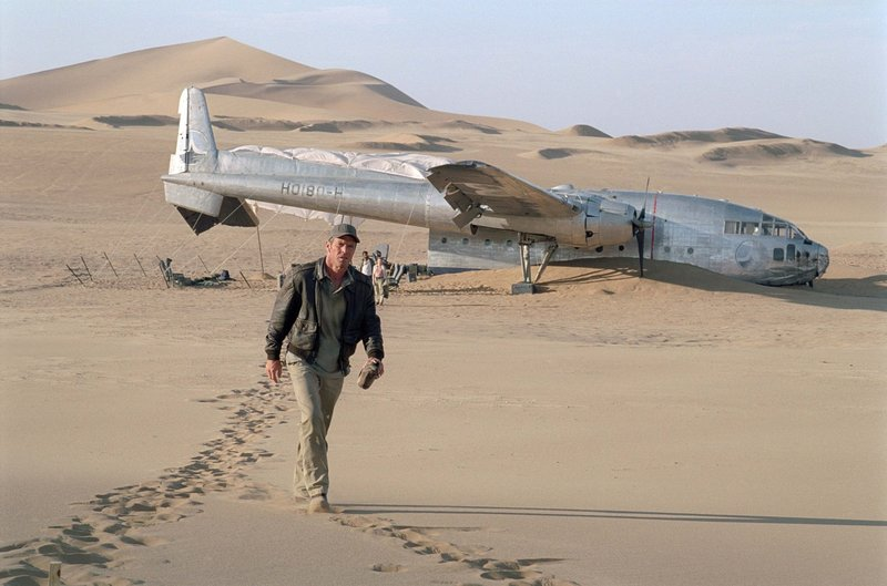 Trifft eine fatale Entscheidung, die all seine Passagiere und auch ihn in Lebensgefahr bringt: Pilot Frank Towns (Dennis Quaid) ... – Bild: Puls 8