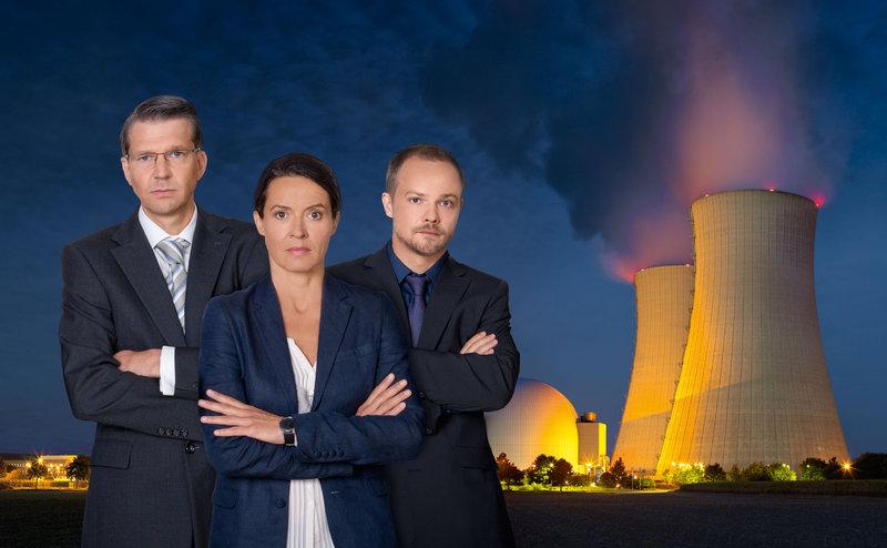 Die AKW-Sicherheitschefin Katja Wernecke (Ulrike Folkerts, M.) und der Kommunikationsberater Steffen Strathmann (Matthias Koeberlin, r.) versuchen vergeblich, den eloquenten Direktor des Kernkraftwerkes Oldenbüttel, Ludger Wessel (Kai Wiesinger, l.), davon zu überzeugen, dass die Sicherheit des KKWs auf ziemlich tönernen Füßen steht ... – Bild: Puls 8