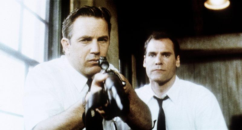Angeblich soll Kennedys Mörder Lee Harvey Oswald aus dem 6. Stock des 'Schoolbook Depository' Gebäudes mit einem alten Repetiergewehr die Schüsse abgegeben haben, doch Garrison (Kevin Costner, l.) stellt fest, dass das nicht stimmen kann. – Bild: Puls 8