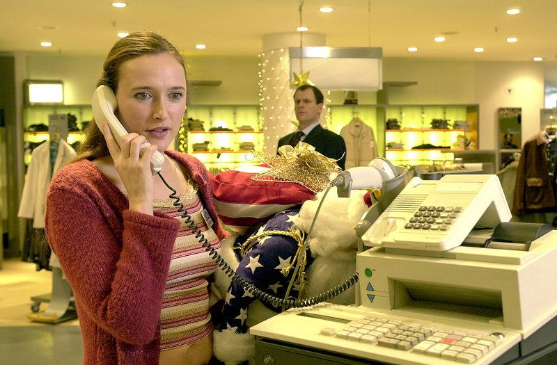 Ihre ständigen familiären Sorgen setzen Claudia (Deborah Kaufmann, vorne) immer mehr zu. Sie glaubt, bei ihrem amerikanischen Chef, Michael Mansfield (Thomas Limpinsel, hinten), auf keinerlei Verständnis zu stoßen ... – Bild: Puls 8
