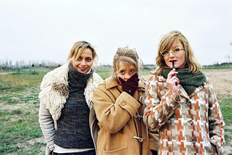 Die drei Freundinnen (v.l.n.r.: Catherine Flemming, Anna Böttcher, Nina Petri) trauen ihren Augen nicht: Ihre Freunde vollführen einen Indianertanz. – Bild: Puls 8