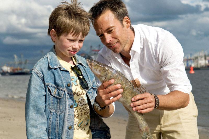 Während Nick (Marco Girnth, r.) überzeugt ist, dass Lasse (Lukas Schust, l.) einen Barsch gefangen hat, meint der eindeutig eine Brasse zu erkennen ... – Bild: Puls 8