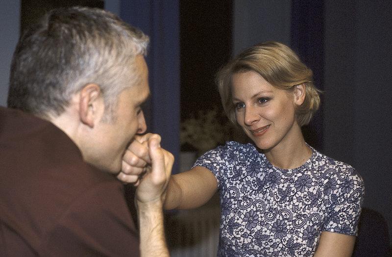 Sabine Petersen (Marlene Marlow) hat ihren ehemaligen Studienkollegen Dr. Stefan Rieckhoff (Norbert Ghafouri) wiedergetroffen. – Bild: ZDF