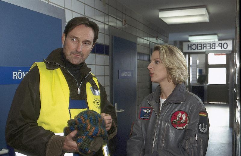 Ein Unglück kommt selten allein! Sowohl die Frau als auch die Tochter von Ralf Wannstedt wurden heute vom SAR-Team gerettet. (v.l.n.r.: Helmut Zierl, Marlene Marlow) – Bild: ZDF
