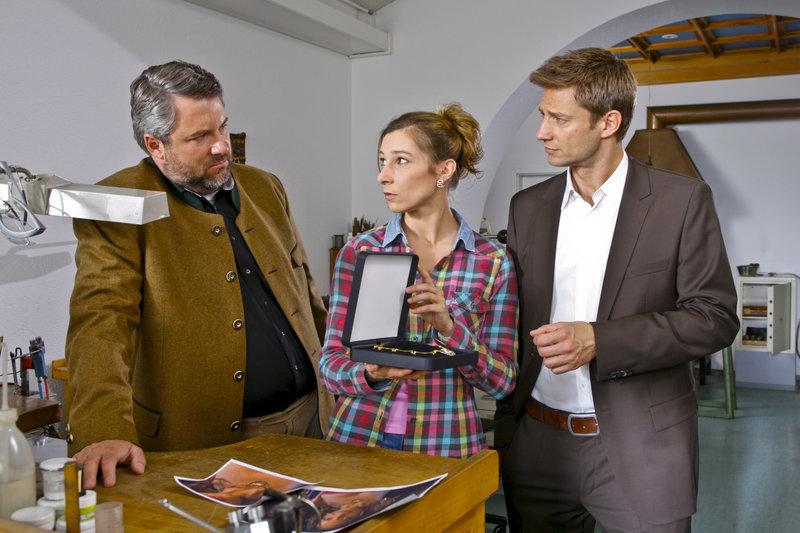 Die Cops Hansen (Igor Jeftic, r.) und Stadler (Dieter Fischer, l.) finden heraus, dass Eva Nussdorf (Nicoline Schubert, m.) ein Tatmotiv hat. – Bild: ZDF