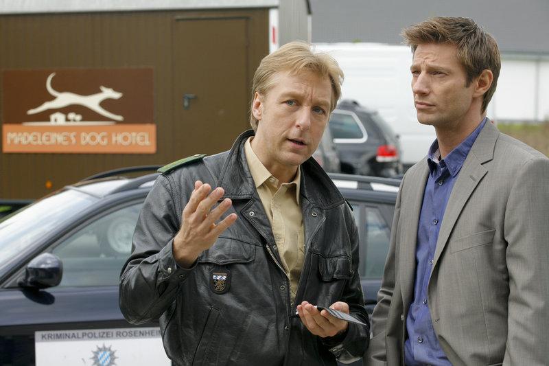 Michi Mohr (Max Müller, l.) gibt Kommissar Sven Hansen (Igor Jeftic, r.) die ersten Informationen am Tatort. – Bild: ZDF
