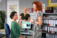 Die Orthopädin Dr. Evelyn Kersting (re. Ariane Erdelt) erklärt Sekretärin Miriam Stockl (li. Marisa Burger) durch welche Übungen sie Haltungsschäden vermeiden kann. Marie Hofer (mi. Karin Thaler). – Bild: ZDF