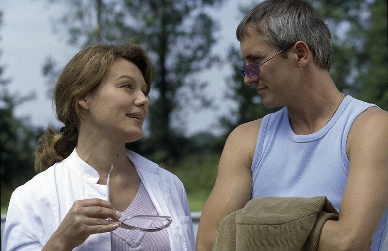 Ulrich Satori (Markus Böker) ahnt, dass die schöne Arztin Dr. Arendt (Maike Bollow) ihm nicht die Wahrheit sagt, auch wenn sie versucht, ihn mit ihrem Charme zu umgarnen. – Bild: ZDF