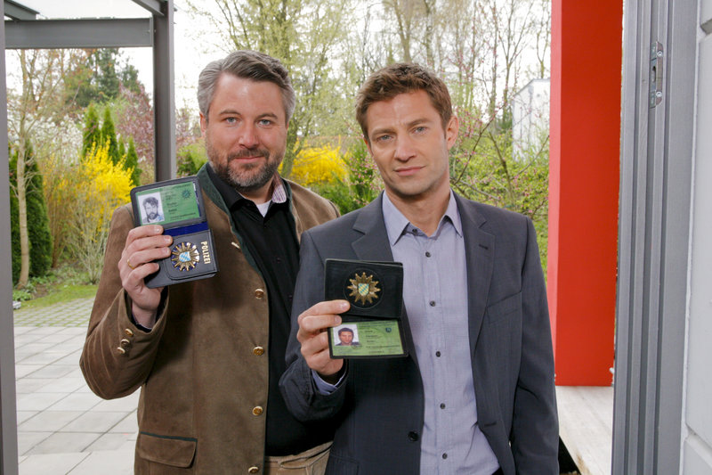 Ein kniffliger Fall für die Rosenheimer Kommissare Sven Hansen (Igor Jeftic, r.) und Anton Stadler (Dieter Fischer, l.). – Bild: ZDF