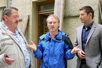 Die Rosenheim-Cops (Igor Jeftic, r.; Joseph Hannesschläger l.) befragen Stephan Spierer (Robinson Reichel, m.). Hatte er ein Motiv, seinen Vermieter umzubringen? – Bild: ZDF