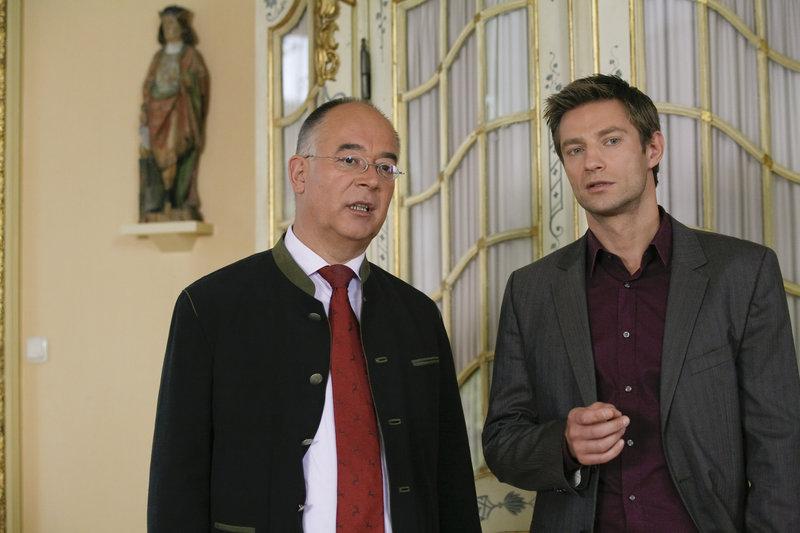 Polizeichef Achtziger (Alexander Duda, l.) macht Kommissar Sven Hansen (Igor Jeftic, r.) auf eine interessante Spur aufmerksam. – Bild: ZDF