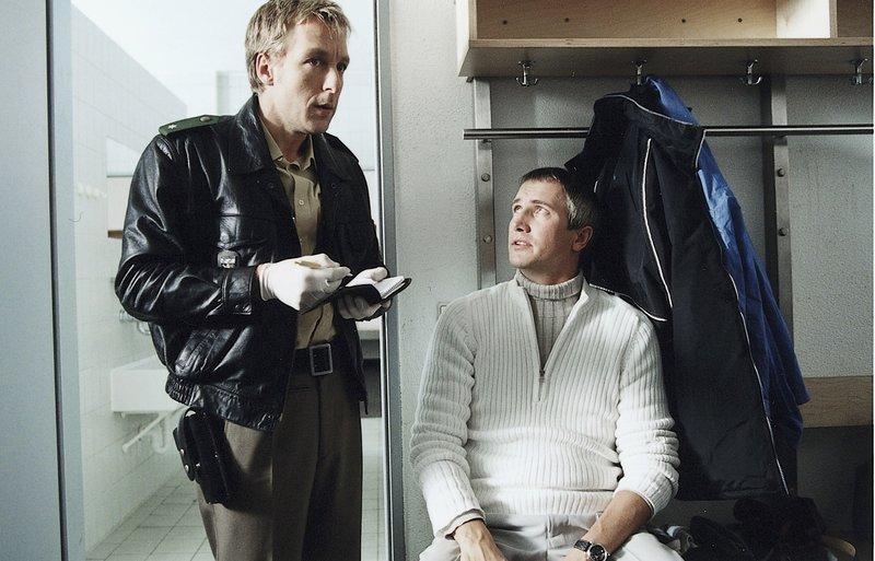 """3. Während Kommissar Satori noch etwas """"angestrengt"""" ist vom Wochenende, hat Polizist Mohr schon die ersten Ermittlungen erledigt (Max Müller, li, Markus Böker, re). – Bild: ZDF"""