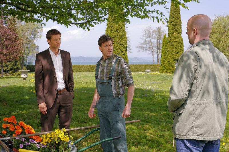 Die Cops Hansen (Igor Jeftic, l.) und Loibl (Stephan Zinner, r.) konfrontieren Gärtner Lehmann (Lars Weström, m.) mit ihrem Verdacht. – Bild: ZDF