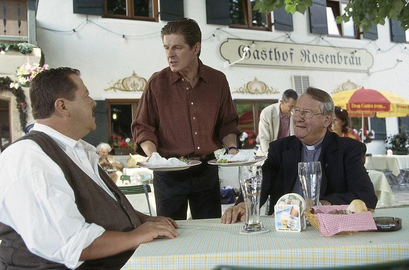 Können Pfarrer und Wirt dem bayrischen Ermittler den entscheidenden Tipp geben? (v. li. Joseph Hannesschläger, Horst Kummeth, Gerd Fritz) – Bild: ZDF