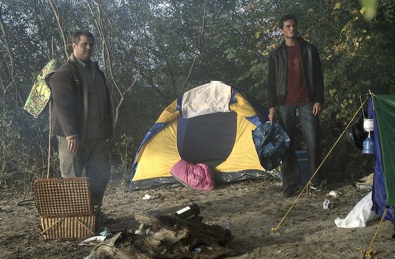 8. Gelis Verschwinden scheint Philipp und Gregor kaum zu überraschen.... (v.l.n.r.: Antoine Monot, Simon Verhoeven). – Bild: ZDF