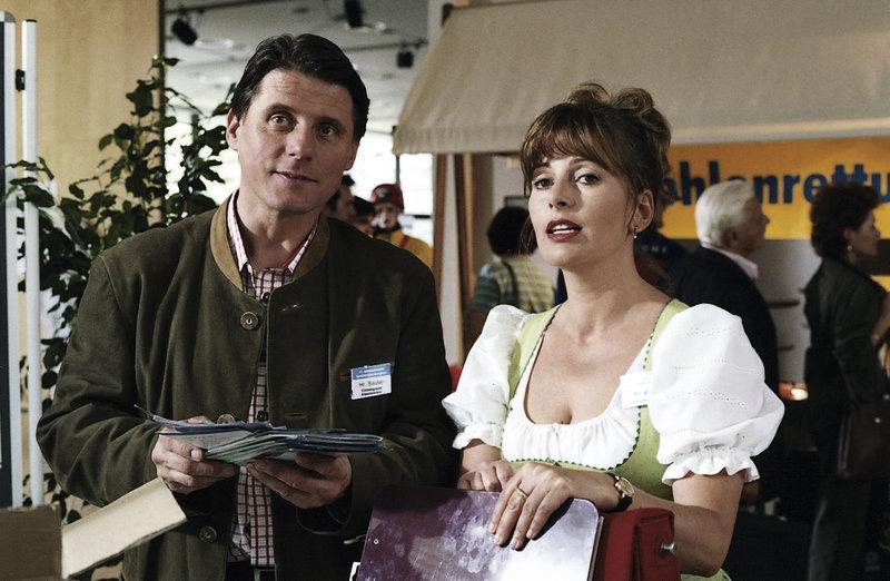 Für den Höhlenforscherkongress hat sich Marie (Karin Taler) als Vertreterin des Stadtrates und dem Alpenvereinschef Hermann Sauter (Christian Spazek) zuliebe alpenländisch herausgeputzt. – Bild: ZDF