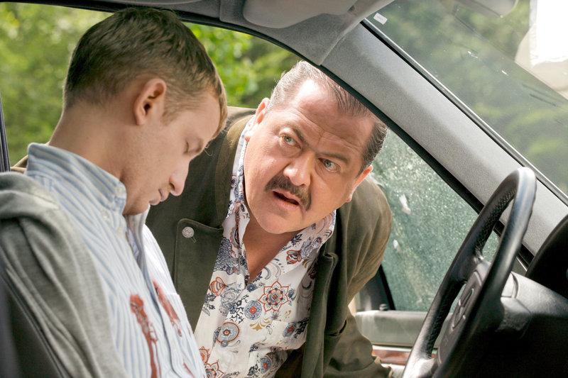 Kommissar Korbinian Hofer (Joseph Hannesschläger, re.) untersucht den Mord an einem Autofahrer (Simon Gobmeier). – Bild: ORF