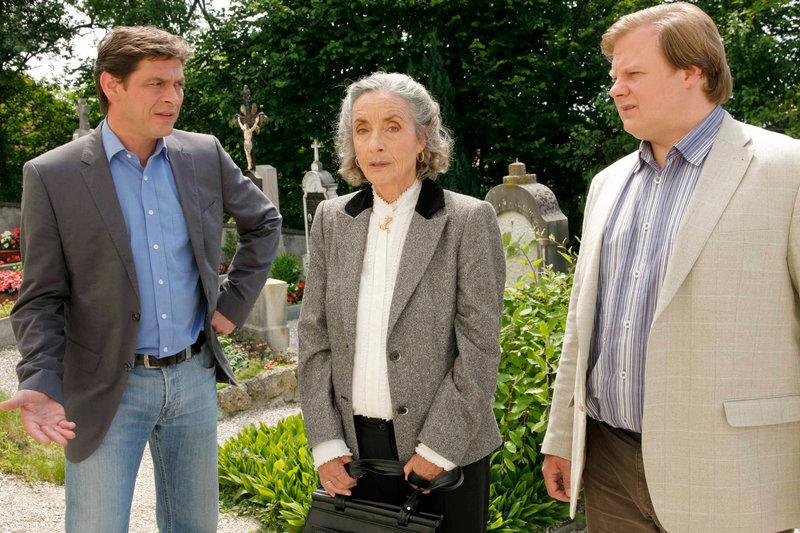 Die Kommissare Lind (Tom Mikulla, li.) und Hartl (Michael A. Grimm) vernehmen Johanna Erler (Ingrid Resch) . – Bild: ORF