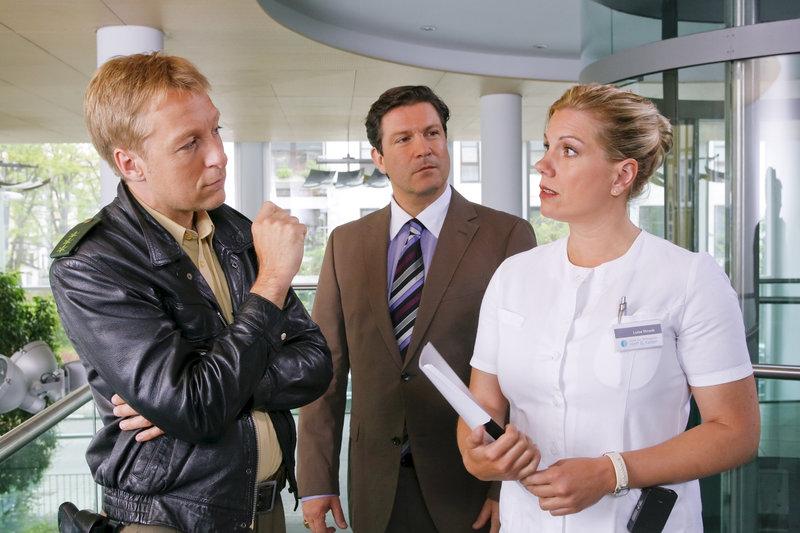 Als Mohr (Max Müller, l.) erfährt, dass Krankenschwester Strunk (Isabella Schmid, r.) eine Affäre mit dem Opfer hatte, staunt auch Arztkollege Prof. Hoff (Francis Fulton Smith, m.). – Bild: ZDF
