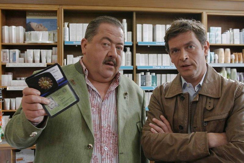 Die Kommissare Korbinian Hofer (li. Joseph Hannesschläger) und Christian Lind (re. Tom Mikulla) ermitteln im beruflichen Umfeld der Toten. – Bild: ZDF